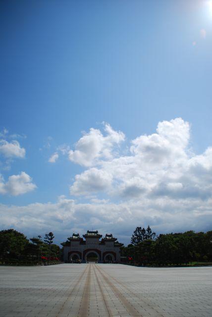 台北滞在2日め!<br />でも3日めは帰るだけなので<br />この日でなんともう実質最終日;;<br /><br />あまり観光はしていませんが<br />朝のマンゴーで始まり、夜のマンゴーでシメた2日めです。<br /><br />(交代式を2回分楽しんだ<br />忠烈祠の写真がちょっと多めになっています・・・)
