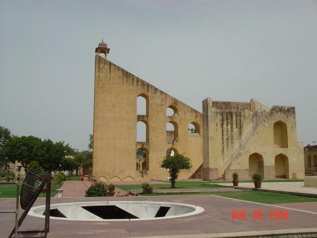 ご訪問ありがとうございます。<br /><br />ジャンタル・マンタル (Jantar Mantar)は、インド・ジャイプルにある天文台で天文学者でもあったムガール帝国のマハラジャ、ジャイ・スィン2世によって1728〜1734年に建てられた。マハラジャの居城「シティ・パレス」の一角にあります。