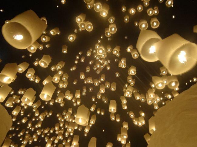 タイのチェンマイでは、毎年11月に イーペン祭りが開催されます。<br />その中で、コムローイという紙の熱気球のようなものを一斉に夜空に打ち上げるという仏教行事があって、以前旅で知り合った方から<br />お誘いいただき現地集合&解散にて参加してきました。<br /><br />総勢10名以上が集まり、ほとんど始めてお会いする方々でしたが、とてもよくしていただいて、超楽しい旅になりました!<br />約3日間でしたが、最後の方で、あんなに寂しさを感じたのは、久しぶりです<br />大勢での旅も病みつきになるかも(^-^)<br />いや、もうなってるか(^^ヾ<br /><br />(注)自分で取った写真がブレブレだったため、一部お借りしているものがあります(^^ヾ<br /><br />【行程】<br />11/15 東京~ソウル~(夜行フライト)←今回はコチラです<br />11/16 バンコク~チェンマイ←今回はコチラです<br />11/17 チェンマイ<br />11/18 チェンマイ~バンコク~東京(翌日)<br /><br />【フライト】<br />15 NOV NH1165 Y 羽田 金浦 1620 1850<br />15 NOV TG 657 C インチョン バンコク 2125 0120(+1)<br />16 NOV TG 102 C バンコク チェンマイ 0800 0920<br />18 NOV TG 115 C チェンマイ バンコク 1730 1840<br />19 NOV NH 916 C バンコク 成田 0025 0805 <br />(NH1165:世一旅行社で購入した割引エコノミー航空券「ソウル~東京~長崎~東京~沖縄~東京~ソウル」900,000W+Taxの残り)<br />(TG:タイ航空のHPで購入した割引ビジネス航空券「ソウル~バンコク~チェンマイ~バンコク~ソウル」を使用開始)<br />(NH916:ANAのHPで購入した割引エコノミー航空券「バンコク~東京~福岡~東京~バンコク」を使用開始、バンコク成田間はポイントでアップグレード)<br /><br />【宿泊】<br />11/16-17 チェンマイ ナイト・バザール・プレイス<br />(www.agoda.jpで予約 約\3,000×2)