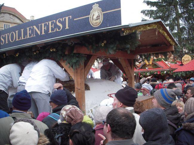 グーテン ターク (Guten tag) はドイツ語で「こんにちは」の意味です。<br /><br />写真はドレスデンの第20回シュトレン祭りのハイライト、シュトレンの切り分けです。ものすごい人でした。<br />ドイツのクリスマスマーケット見学は3度目です。<br />今回は、クリスマスマーケット発祥の地の一つ「ドレスデン」のシュトレン祭り見物をメインに、これまであまり巡ってこなかったところを見学してきました。<br />日本語も満足に喋れないので、いつもながら添乗員付きのツアー参加です。<br />ヴィスバーデンだけは二度目でしたが、ここは「流れ星マーケット」と呼ばれている何度見ても美しいマーケットです。<br /><br />今年はリヒャルト・ワーグナー生誕200年、グリム童話出版200年の年だそうです。<br /><br />