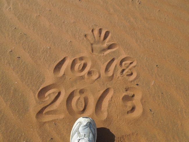 今回の旅のハイライトの一つ、ナミブ砂漠。宿で紹介してもらった二泊三日のツアーについに出る。二人の日本人が運よく見つかり、三人+運転手の四人での旅となる。<br /><br />料金は、N$2,950(およそ30.000円)あの有名なデューン45や死の谷、う~ん、否応がなしに気分は高揚してくる。これで、アフリカでの砂漠体験は三度目。一度目はエジプト、二度目はモロッコ、そして今回は、この赤い砂漠。<br /><br />本当に、それはそれは素晴らしい景観だった。ただ、ちょっとしたハプニングもあったけれど・・。<br />