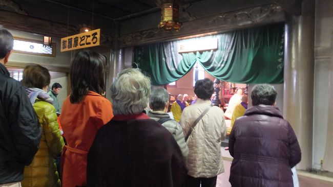 通勤で使っている、京浜急行の吊広告を見るともなしに見ていたら、海雲寺で「千躰荒神 秋の大祭」なるものがあるらしい。<br />期間は11/27〜28日で、時間は午前7時より午後5時までとある。<br />しかも、最寄り駅は京急線の特急停車駅「青物横丁」駅。<br />ん、出勤前にちょろっとと行けるではないか・・・。<br />むしろ、27・28は平日なので仕事があって、夕方は行けない。朝行かねば!<br /><br />荒神様は台所の神様らしいが、多分、縁者の方々がご祈祷に来ていて、簡単にお参りするだけの参加なら30分ほどで終わるだろう。<br />ならば、ちょっと歩いて付け足して、「品川神社」にも参りたい。<br /><br />ということで、なんと果敢にも「出勤前にお寺とお宮参り」実現!!<br /><br />なお、今回の旅行記に掛かったコストはゼロ。<br />交通費は定期券範囲内でゼロ、買物・飲食ゼロ(笑)。<br /><br />また、きちんと8:55にはオフィス自席に就いたことをご報告いたします。