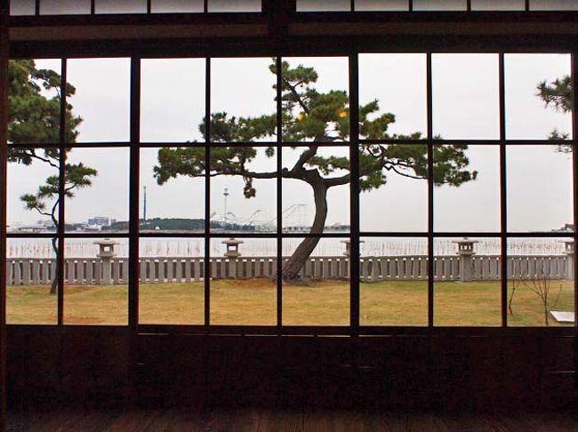 明治時代には、富岡など金沢近辺が東京近郊の海浜別荘地として注目されていました。金沢に松方正義、井上馨らが別荘を造り、その後、大磯、葉山へ湘南地方が別荘地として栄えていきました。<br />伊藤博文金沢別邸は、初代内閣総理大臣を務めた伊藤博文が、明治31年(1898)に建てた茅葺き寄せ棟造りの田舎風海浜別荘建築です。当時の別荘地の数少ない貴重な建築遺構となっています。建物の老朽化が著しいため、平成19年に、解体工事、調査を行い、現存しないぶぶんを含めて、創建時のすがたに復元することになりました。平成20年6月から工事が始まり、翌年10月に庭園と併せて、竣工しました。<br />伊藤博文金沢別邸の切図が、当時別邸を管理していた地元の旧家・松本家に保管されていたために、柱位置、間取り、屋根形状などを確認することができて、復元をする上で貴重な資料でした。<br />格式の高い客間棟を眺めの良い海側の位置に張り出し、各棟を雁行形に並べて、廊下を繋いでいます。この客間には、畳の下に床暖房が入っており、ここで海を眺めながら、週末はお抹茶を頂くことが出来ます。今は、少し残念ですが、真っ正面に金沢八景の遊園地の乗り物が目に入ってきます。