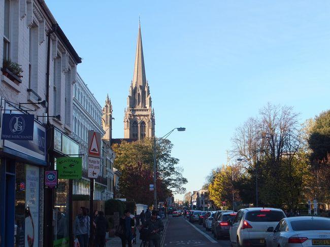2013年11月にケンブリッジに移住してまだ半月。<br />ケンブリッジなどについていろいろ書けたらと思ってブログを初めて見ようと思います。<br /><br /><br /><br />ロンドンのヒースローからコーチバスで約2時間。<br />ケンブリッジに初上陸。<br /><br />来てみて思ったのは、予想してたより都会だったっていうこと。<br />予想してたのは古く小さな町。ケンブリッジは大学で有名なだけあって若い学生が多い。<br />そして店も意外と多い。町の中心部にコンパクトにまとまっていて、たいていのことは中心部で賄えちゃいます。<br /><br />ケンブリッジについて1週間はホテル住まい。<br />この間に家さがしをしつつ地理感覚をつけるために歩き回りました。<br />市内の中心部には大学のカレッジ(30近い)が集まっており、それを総称してケンブリッジ大学っていうことをここに来てから知った。<br /><br />カレッジもそれぞれ規模も違けちゃ豪華さも違う。<br />ちなみにカレッジの中を見学することも可能。<br />カレッジによっては入場料を取るところもあるけれど、まだどこも要ってないので、今後アップしていきます。<br />