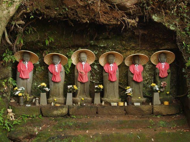 逗子市内のお寺を巡っていても六地蔵が少ないという印象を受ける。また、路傍に立つ六地蔵にも未だお目に掛かってはいない。逗子市小坪6にある地蔵堂には鎌倉六地蔵あたりの飢渇畠に似た小坪の砂畠があったと縁起にあるが、お地蔵さまが立てられているが六地蔵はないとう。<br /> 逗子市中心部のお寺はまだ巡礼していないが、それほど増えるとも思われない。<br />(表紙写真は神武寺の六地蔵)
