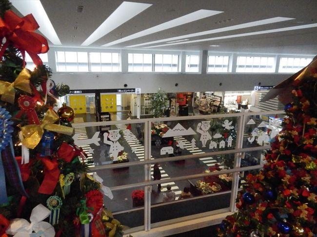 クリスマスムードの神戸空港、<br /><br />空港の中はクリスマスでいっぱい、<br /><br />駐機していたのはスカイマークとソラシドエアー、<br /><br />ちょうど近所の小学生が写生大会に来ていた。<br /><br />飾り付けも終わって、<br /><br />華やかな雰囲気。