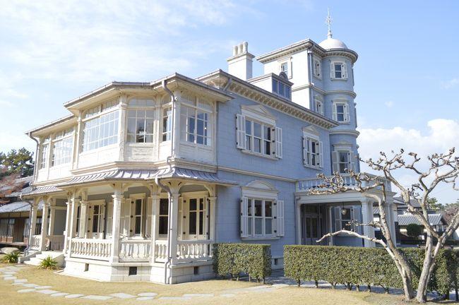 """12月4日なばなの里へ行く途中三重県桑名市の六華苑(旧諸戸清六邸)へ行きました。六華苑は山林王と呼ばれた桑名の実業家、二代目諸戸清六の邸宅として大正2年に竣工しました。特にその洋館部分は""""鹿鳴館""""などを設計し日本近代建築の父と呼ばれた""""ジョサイア・コンドルが手がけ、地方に唯一残る作品として注目されています。18000?の広大な敷地に洋館、和館、蔵などの建造物群と池泉回遊式日本庭園で構成されたこの邸宅は創建時の姿をほぼそのままにとどめている貴重な遺構です。<br />桑名市は平成3年に土地を取得し、建物は諸戸家からの寄贈を受け整備工事の後平成5年に六華苑という名称で一般公開しました。その建造物のうち洋館および和館は平成9年に国の重要文化財に指定され、他に6棟が三重県有形文化財、離れ屋は桑名市の有形文化財に指定され大切に保存されています。"""