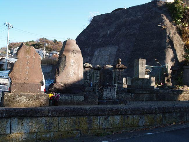 逗子市桜山6の葉桜団地入口には庚申塚があり、地蔵山の石仏と呼ばれている。逗子市内では最大規模の庚申塚であろう。ただし、この場所に集められたようだ。<br /> 最上段に富士講の「仙元大菩薩」の石碑と石祠、上段に「馬頭観世音」を中心とした石碑、中段、下段に庚申塔が並んでいる。それぞれが1つの基壇上に並んで安置されている。仙元とは浅間の意である。建立年がなかったり判読できないものもあるが、江戸時代(庚申塔(延宝3年(1675年)銘))から昭和(「馬頭観世音」(昭和5年(1930年)銘))にかけての石碑が並んでいる。<br /> 逗子町誌(昭和3年(1928年)刊)に、「地蔵尊 字地蔵山の道の側にあり、弘法大師の作と伝えられ、もとは岩屋にあり、疣(いぼ)地蔵と称し之れに祈願すれば必ず治ると伝ふ。」とある。この庚申塚の中心にある地蔵尊(疣(いぼ)地蔵)が、地蔵山という地名の起こりになったといわれる。その風化の度合いからも相当古いお地蔵さまである。<br />(表紙写真は葉桜団地入口の下の庚申塚)