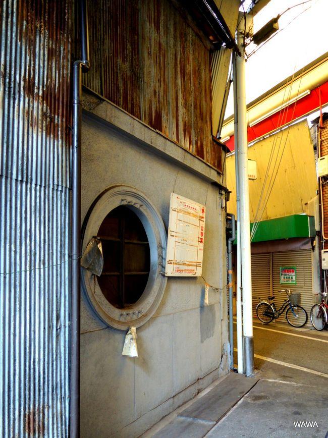 大阪市の商店街組合リストによると西成区には37の商店街、4つの小売市場、15のスーパーマーケットがあるそうだ。<br />カメラをポケットに、実際には更に細かく分かれ数も多い大阪市西成区にある商店街を歩いてみました。<br />公的なリストに基づく商店街組合等の名称と、現地のアーケードや吊看板などに表示された名称が微妙に異なるため、写真では現状優先の表示にしています。<br /><br />・天下茶屋駅前商店街<br />・天下茶屋商店会<br />・天友会(アーケード無)<br />・北天下茶屋市場商業協同組合(スーパーサンコーからサンディ天下茶屋店) <br /><br />・岸里新開通商店会(アーケード無)<br />・西天下茶屋商店街(中央通商店街)<br />・西天下茶屋商店街(中央通寿会)<br />・岸ノ里デパート協同組合(セルフ方式の小売市場) <br />・西天下茶屋商店街(西天商店会)<br />・西天下茶屋商店街(南本通商店街)<br />・西天下茶屋商店街(銀座商店街)<br />