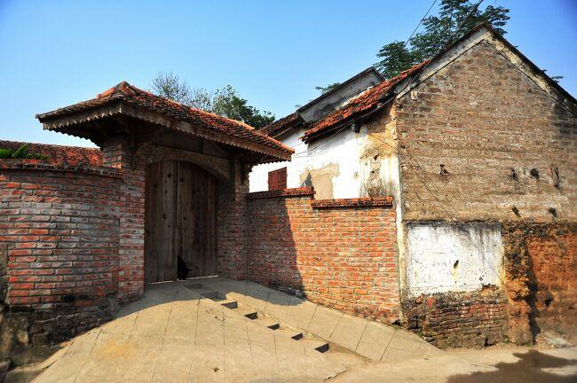 ハノイの西50kmに位置するドゥンラム村の歴史は、15世紀頃まで遡ることが出来ます。<br />100年前頃に自然石やレンガで建てられた家や塀が沢山残っていて、しかも実際に利用されています。<br />この村の最も古い民家は1649年に建てられたもので、日本の技術援助で再建されています。<br />その家屋もこのブログ内で紹介します。<br />村人の生活に触れながら、とにかく村内を歩き、撮りました。<br /><br />ヴァンフック村はハノイの南西約10kmに位置する村です。<br />シルクの買い物をする人以外は、特に訪れる意味はないと言うのが私の印象ですが、<br />しかし魅力的な建物を1棟だけ見つけました。