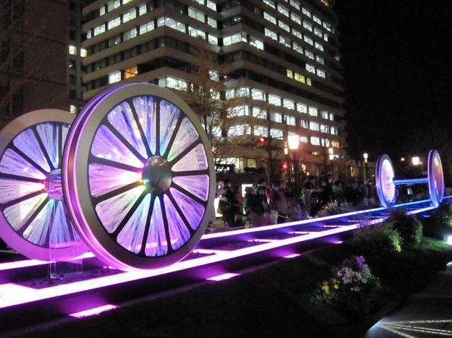 イブの夜から始まった東京丸の内『東京ミチテラス2013~明日へと続く 光のレールウェイ~』。<br />丸の内駅舎から皇居外苑までの大通りには、花と光で彩られた「光のレールウェイ」とレールの上に車輪をモチーフにした光るオブジェ「光の車輪」が登場し、音楽に合わせて蒸気と光を出す演出が行われている。また約20メートルの壁面に車窓を模した画面が10面埋め込まれた「光の車窓」も展示されている。<br />穴場のミチテラスも掲載。<br />丸の内駅舎がクリスマススペシャルカラーでライトアップ(24日と25日の2日間)されていて、いつもと違った東京駅が楽しめた。<br /><br />また12月23日からライトアップされた皇居の二重橋とKITTEの巨大クリスマスツリー、毎年開催されミュージシャンの石井竜也さんの作品も展示されている東京ビルTOKIAのライティングオブジェ、東京駅グランルーフのイルミネーションも見てきたのでこちらもどうぞ。<br /><br />自分で行程を考えて色々周るのは楽しい~♪<br /><br />≪今回の行程≫<br />①東京ミチテラス2013&東京駅舎ライトアップ(丸の内エリア)<br />    ↓<br />②東京ミチテラス2013(穴場?の場所)<br />    ↓<br />③皇居 二重橋ライトアップ<br />    ↓<br />④WHITE KITTE (KITTEのクリスマスツリー)<br />    ↓<br />⑤東京TOKIA ライティングオブジェ2013<br />    ↓<br />⑥東京駅グランルーフ クリスタルイルミネーション<br /><br /><br />★東京ミチテラス2013★<br />開催期間:12月24日(火)~12月29日(日) 17時頃~21時頃<br /><br />★丸の内駅舎ライトアップ(クリスマススペシャルカラー)★<br />開催期間:12月24日(火)~12月25日(水) 18時~21時(予定)<br /><br />★皇居 二重橋ライトアップ★<br />開催期間:12月23日(月)~翌年 1月5日(日) 17時~21時<br /><br />★ライティング・オブジェ2013★<br />開催期間:12月12日(木)~12月25日(水)<br /><br />★グランルーフクリスタルイルミネーション★<br />開催期間:11月23日(土)~翌年 1月13日(月) 17時~23時<br /><br /><br /><br /><br />