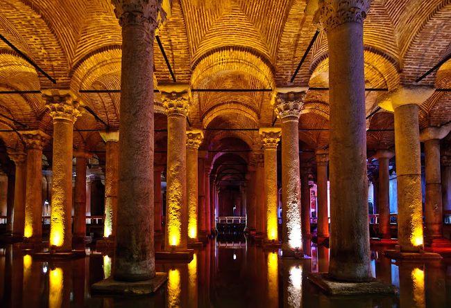 「地下宮殿」と日本のガイドブックには書かれてますが、実際は「地下貯水池」で、宮殿ではありません。しかし、たくさんの柱で天井を支え、それが宮殿のように見えるため、そのような名称で呼ばれています。<br />イスタンブールがコンスタンティノープルと呼ばれていたビザンチン帝国時代、この街には川がなく、飲み水確保が最大の問題でした。19km離れたベオグラードの森から水を運び、ここに貯水されました。<br />中を支える柱は336本、ギリシャ&ローマの神殿を壊した際に持ってきた物と言われ、形や太さが違います。<br />現在は水はほとんどなく、底に少し残っているだけですが、魚を放しており、トルコ人や観光客がいつも餌となるパンやお菓子をあげるので、真っ暗な中でかなり大きくなった体が見え、この地下宮殿の神秘さ&不気味さの効果を高めています。<br />いつも床が濡れて、滑りやすくなっているので、足元に気をつけてください。