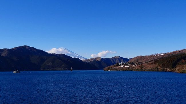乗船場の待合にある暖房の効いたお土産屋で時間をつぶして乗船しました。<br /><br />芦ノ湖から見る富士山の撮影を目的に乗り込んだのですが、アンラッキーに富士山には雲が掛かっていました。<br />でも、それにくじけず湖面の色に感激し撮影した写真が多く、二冊に分けています。<br /><br />下船して、来た道を帰る途中の静岡県道20号線でスリップ事故があり、片側1車線の両車線で仲よく向き合って1台ずつ脱輪しており、パトカーが出て、交互片側通行の交通整理をしておりました。怪我人は無かったようです。<br />お蔭でここでも渋滞に巻き込まれました。15時20分頃です。<br />下船場から家までは40分もあれば戻って来れるのに、1時間以上かかり16時前にやっと無事帰宅できました。<br />総ての今年のアンラッキーを、今日の昼から使い果たした様な箱根紀行でした。来年は良い年でありますように。<br /><br />写真は、残念ながら雲のかかった富士山。船上からの眺めです。