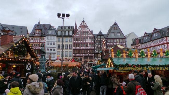 2013年クリスマスは南ドイツへ行ってきました。<br />「フローエ ヴァイナハテン」とはドイツ語で「メリー クリスマス」のことです。<br /><br />マドリードからフランクフルト OUT ミュンヘン IN で航空券を購入。フランクフルト→ヴュルツブルク→ニュルンベルク→ミュンヘンと電車移動。ミュンヘン以外は、それぞれの街でクリスマス マーケットの最終日にギリギリ間に合い、とてもラッキーな旅程が組めました。<br /><br />最初はフランクフルト→ハイデルベルグ→ローテンブルク→ミュンヘンとレンタカー移動するつもりだったのですが、元ドイツ在住のトラベラーさんにクリスマス時期のドイツの道路事情に関して助言を頂き、電車移動のしやすい旅程に変更しました。<br />(ショコラさん、貴重なアドバイスをどうもありがとうございました!)<br /><br />さて、初日はフランクフルト。<br />初めてのドイツのクリスマス マーケット、どんなかなー? 楽しみ〜♪<br /><br />フランクフルトは夫も私も過去に仕事で別々に来たことはあるし、里帰りの乗り継ぎでは何度も空港利用していますが、観光で1泊するのは初めてです。<br /><br /><br />表紙の写真: <br />レーマー広場 クリスマス マーケット最終日の賑わい (夫撮影)