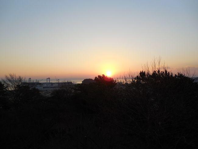 「横浜金澤七福神〜幸せを願う、小さな旅〜」のパンフレットを駅で見つけ、 <br /> 初日の出は、この近くでと考え、 <br />パンフレットのマップで方角、ネットで標高も調べ、マップ内の野島公園を選択(見えるか見えないかは、元旦のおみくじです)。    <br /> 天気も良く、野島公園で、初日の出に手を合わせ、うっすらとした富士山にも、手を合わせました。 <br />  <br /> その後、横浜金澤七福神めぐり、歴史も楽しみながら、結構広いエリアを歩きました。  <br /> 今年の旅初めも、ちょっとハードな小さな旅でした。<br />  <br /> それでは、写真で小さなたびをはじめます。<br /><br />