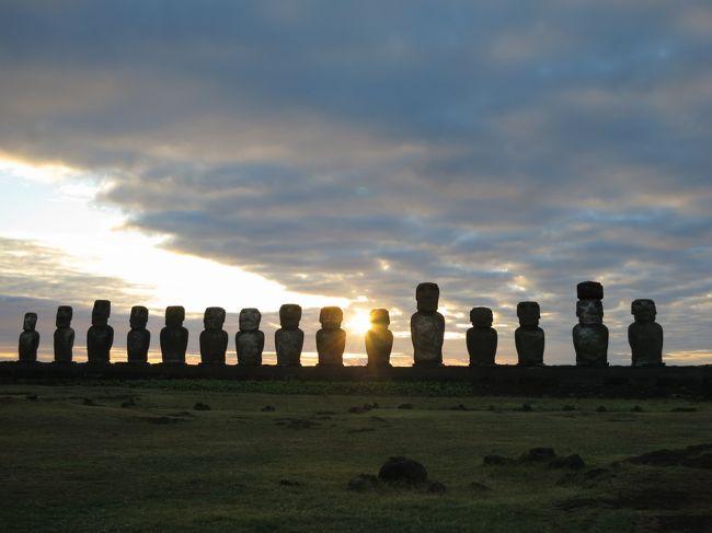 アメリカに住んでいる間に、一度くらいは中南米へ行きたい。<br />でも中南米と一言で言っても大陸1.5個分くらい。いったい中南米のどこへ?<br />1年以上に渡る家族会議の結果、選ばれたのはチリのイースター島でした。<br />あれ、日本からタヒチ経由で行った方が近い気がします。気にしない。<br /><br />12/21 テネシー→ダラス→サンチアゴ(の予定)<br />12/22 サンチアゴ着<br />12/23 サンチアゴ→イースター島<br />12/24 イースター島(ラノララク〜アフトンガリキ〜アナケアビーチ)<br />12/25 イースター島(オロンゴ儀式村〜アナケアビーチ〜タハイ儀式村sunset)<br />12/26 イースター島(アフトンガリキsunrise〜休息)<br />12/27 イースター島→サンチアゴ<br />12/28 サンチアゴ(旧市街)<br />12/29 アンデス山脈半日ツアー(Valle Nevado)<br />    サンチアゴ→ダラス→<br />12/30 テネシー着<br /><br /><br />(追記)<br />たくさん投票して頂いて、本当にありがとうございます。<br />他にも素晴らしい旅行記がたくさんあるのに恐縮しています。