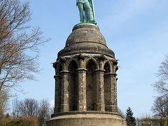 ≪ゲルマンの英雄へルマンの記念碑:トイトブルグの森≫