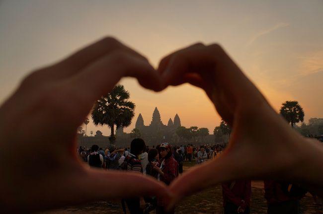 旅慣れていない女子二人で行くフリープランのカンボジア旅。<br />観光1日目、2日目はオプショナルツアーに申し込んだりしましたが、最終日は、朝日鑑賞のツアーが終わった後は完全フリー!!<br /> ということで、カタコトの英語でトゥクトゥクを1日チャーターしてみました!!観光場所は、当初の予定では、<br /><br />アンコールクッキーで買い忘れたお土産を買い、カフェプカプカでマンゴーかき氷を食べる→キリング・フィールド→キリング・フィールドの目の前のカフェモイモイでランチ→→アンコールワット→アンコールトム<br /><br />でした。これが、どう変化していくか、旅行記でお楽しみください(笑)