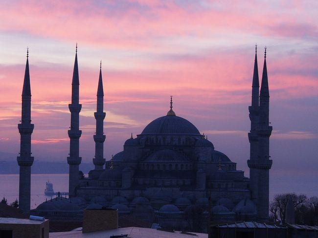 トルコに来て明けて二日目。<br /><br />12/27〜29<br />イスタンブール滞在<br /><br />12/29〜31<br />サフランボル滞在<br /><br />12/31〜1/2<br />イスタンブール滞在<br /><br />12/28の写真をUP。<br />恥ずかしい話ですがこの日は腹が下り超特急。おまけに悪寒が走ったので午後2時頃に早々とホテルに撤収し、ずっと寝ていた。<br />疲れが溜まっていたのかな?<br />何はともあれおかげさまで翌日には体調も回復。<br />海外旅行で体調が悪くなったのって初めて。<br /><br />時系列に写真並べてきます。<br />ボリューム多くなり恐縮です。<br /><br />☆おかげさまで1/7のfacebookに紹介されました。
