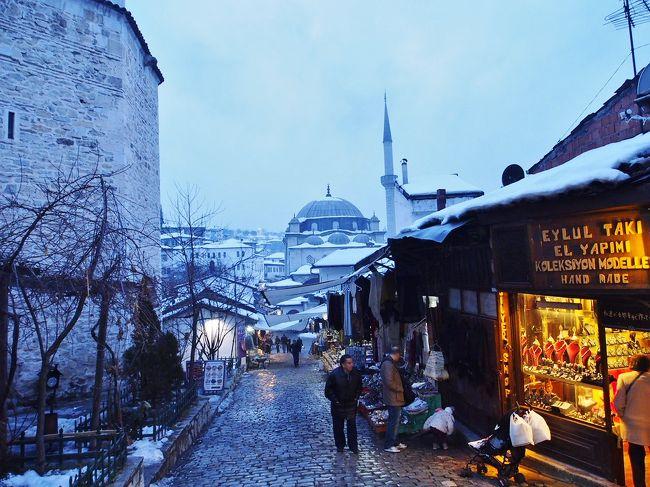 12/27〜29<br />イスタンブール滞在<br /><br />12/29〜31<br />サフランボル滞在<br /><br />12/31〜1/2<br />イスタンブール滞在<br /><br /><br />トルコに来て明けて3日目。12/29の写真をUP。<br />イスタンブールとしてメインであと一ヶ所どこ回ろう?<br />何カ所もハシゴして回ることだけはしたくなかった。<br /><br />カッパドキアかなぁ…。フォートラの旅行記やpanoramioの写真見ても風景良さそうだし。<br />洞窟ホテル泊まってみたいなぁ…。ちょっと遠いからイスタンブールからツアー利用するか…。<br />調べてくうちにカッパドキア、範囲も広い。<br />夏ならチャリ借りて回るのも良いけど冬だしな…。<br />地中海沿岸…、どうせ行くならギリシャの方が良いだろうし。<br />手軽な距離で世界遺産の街だから、と消去法的に選んだのがサフランボル。<br />手軽と言ってもバスでイスタンブールから7時間弱。<br /><br />結果的にはこじんまりして静かでとても良かった。<br />私個人のツボにハマってしまい、中国の西塘、ドイツのローテンブルクと同じくらい好きになってしまった。<br />魅力が上手く伝わるかどうかわかりませんがご覧ください。
