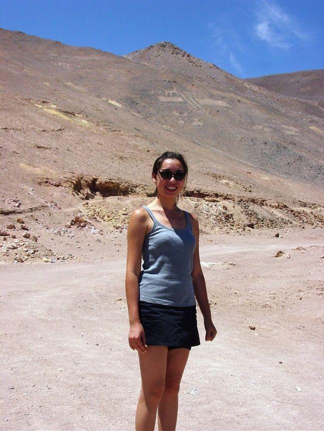 Chile(チリ)北部にある Iquique(イキケ)に住む友人を訪ねた。イキケはチリ南北 4,329kmに及ぶ国土の最北にある La Region de Tarapaca(タラパカ州)の州都で人口184,000人(2012年)の港街だ。<br /><br />イキケの東45kmに位置する Pozo Almonte(ポソ・アルモンテ)には Humberstone(ハンバーストーン:スペイン語読みではウンベルストンとなる。)の硝石精製工場や教会・学校・劇場・労働者用住宅等がゴーストタウンのようになって残っているという。<br /><br />友人の Lilian(リリアン)さんを誘ってタクシーを利用してハンバーストーン日帰りの計画を立てたところ、彼女の父親が猛反対した。<br /><br />父親曰く、「僅か 45kmの距離ではあるが、イキケを一歩出ると、そこは死への道と恐れられた Desierto de Atacama(アタカマ砂漠)である。タクシーでは装備が不十分でタイヤが砂に埋まってしまい脱出困難となり人気も無い所なので助けを呼ぶこともできない。何よりタクシーの運転手の中には泥棒に豹変する輩もいるので危険だ。大事な娘の命を外国人のあなたに託すことはできない。」というものだ。<br /><br />途方に暮れていると、父親が「自分が運転する4WDでなら娘と一緒にあなたを案内する。」という助け舟を出してくれた。ちなみに父親はチリ海軍の士官である。<br /><br />かくしてゴーストタウン化したチリ硝石工場跡の残るハンバーストーン行きが実現した。<br /><br />1872年に創業されたチリ硝石精製工場は 1958年に閉鎖され、1960年には打ち捨てられ誰もいなくなった。<br />ハンバーストーンは2005年に、サンタ・ラウラの硝石工場跡とともに、ユネスコの世界文化遺産に登録され、同時に危機遺産にも登録された。そこで働いていた3,700名の労働者達が独自の共同体文化を築いていたことや、ハンバーストーンで生産された硝石が南北アメリカ大陸やヨーロッパの大地を肥沃にし当時の食料事情の改善に寄与したという歴史的な意義等が評価された。