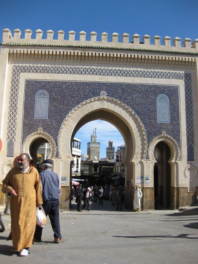 久々に!アラビア~ンな風に吹かれたくなった.。.:*・゜*<br />最近、大好きなヨーロッパにもちょっぴり飽き気味で、<br />なんだか妙~に、イスラム圏の国が恋しくなったのです。。。。<br />そんなわけで、4年くらい前からずっ~と行きたいと願っていた国、<br />モロッコに行ってきました~\(^0^)/<br /><br />モロッコは、想像どおりに素敵な国でした♪<br />求めていたエキゾチックなムード満点☆<br />アラビア~ンな風吹きまくる、異国情緒たっぷりの魅惑的な国。<br />最高に!!ハマっちゃいました~。<br /><br />…━━━…‥・・・‥…━━━…・・‥…━━━…‥・・・‥…━━━…<br /><br />旅行行程:<br />   【ラバト】⇒【タンジェ】⇒【ティトゥアン】⇒【シャウエン】⇒【ヴォルビリス】<br /> ⇒【メクネス】⇒【フェズ】⇒【エルフード】⇒【メルズーカ】⇒【ワルザザード】<br /> ⇒【アイト・ベン・ハッドゥ】⇒【マラケシュ】⇒【エッサ・ウィラ】<br /> ⇒【アル・ジャディーダ】⇒【カサブランカ】<br /><br />旅行会社:J○B旅○語<br />旅行日数:10泊13日<br />旅行代金:¥188,000<br />燃油サーチャージ:¥30,000<br />海外出入国税:¥3,000<br />国内空港使用料等:¥2,950<br />参加人数:32名<br />添乗員:1名<br />
