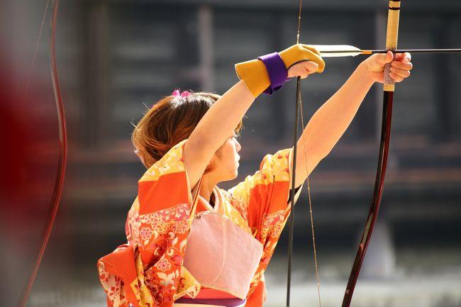 1/12に行われた三十三間堂の「通し矢」と全国女子駅伝を見に行ってきました。<br /><br /><br />三十三間堂の「通し矢」は去年に引き続き,二度目の観戦です。<br />成人の日の前日の日曜日に行われ,新成人たちが弓の技術を披露します。<br />この日は「楊枝のお加持」というイベントもあり,境内は大賑わい。<br />凄い人出でした。<br /><br />もう一つは皇后盃第32回全国女子駅伝。<br />中学生・高校生といった若い世代から社会人までが都道府県ごとにチームを作り,京の街を走り抜けます。<br /><br />