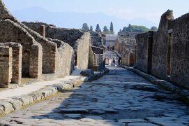 2013秋、イタリア旅行記2(7)ポンペイ、ポンペイ遺跡、石畳の街並、円形劇場跡