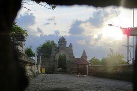 2013春、インドネシア旅行記2(13)バリ島、ウブドからバリ島の南端へ、ウルワツ寺院