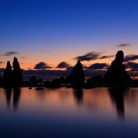 和歌山 橋杭岩の夜明けと円月島