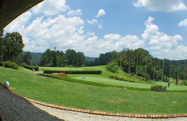 ブラジルサンパウロのゴルフ場のご紹介です。<br /><br />日本人駐在員が急に増えてきて、転勤前に......「ブラジルってゴルフ場あんのぉ??」という問い合わせが最近多いんです。<br /><br />さて、さて..ぶっちゃけ.....ブラジルのゴルフ事情は....<br /><br />アジア(中国や東南アジア)と比較するとゴルフ場の数もコンディションも格段に落ちます。<br /><br />そりゃそーです。ここはサッカーの国。ゴルフ人口はかなり少ないと言えます。(リオ五輪からゴルフが正式種目になるのに....)<br /><br />ゴルフショップも殆ど無いので、ボールは日本へ帰るたんびに仕入れてくる必要があります。もっと近い北米に態々ギアを買い出しに行く方もいます。<br /><br />でもそんなブラジル・サンパウロには、日本人(日系人)専用の日本(日系)人による経営のゴルフ場があるんです。<br /><br />この地は、日本と12時間の時差があり、夏冬が逆転しており、時差ボケが酷いまま到着する出張者や赴任者が殆どなので、空港に着いたらそのままこのゴルフ場に連れてきて、太陽の下でゴルフをさせ(寝させない...笑)、時差ボケを早めに解消させる為に....という使い方もあります...<br /><br /><br />(副題)<br />サンパウロ駐在中、週末はこのPLに篭ってゴルフに明け暮れていたおじさんたちに捧げる。