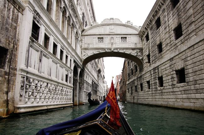 3日目は7時30分にホテルを出発、海上貿易で栄えた頃の面影を残す世界遺産ベネチア観光です。<br /><br />サンマルコ寺院、サンマルコ広場、ドゥカーレ宮殿、溜息橋、そしてベネチアングラスの方々見学。<br /><br />昼食のイカスミパスタを食べて、フィレンツェへと移動(255km)します。<br /><br /><br />写真はベネチアの溜息橋。