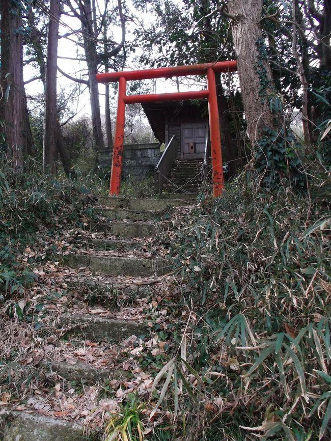 鎌倉の白山神社といえば今泉、クチコミ登録コメントや旅行記で発信されています。<br />鎌倉にはもうひとつの白山神社があります。観光メッカの稲村ガ崎です、Wep地図に表示されています。<br />ところが、観光協会・ガイド媒体には紹介されていません。当クチコミ登録はなし旅行記でも検索でません。<br />神奈川県神社庁の名簿未掲載です。しかし無料配布の鎌倉湘南ガイドマップにははっきり所在表示ありますが・・・。<br /><br />ということで行ってみました。<br /><br />最寄りの江ノ電稲村ガ崎駅を出発、地図を頼りに稲村ガ崎住宅街へ、山肌に沿って奥へ奥へ・・。<br />辿り着いた先は、それはそれは。<br />一般観光客旅行者を寄せ付けない、まさにディープな基地。写真でレポートします。<br />帰路は極楽寺へ。