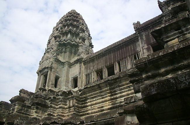 初めてのカンボジアはアンコールワット見学を目的に。<br />乗り継ぎには大好きなハノイを。<br />毎日遺跡巡り。ガイドさんは頼まなくてもなんとかなりました。<br />のんびりと見学できたのはよかったです。<br />このあたりの旅行の写真は少ないなぁと思ったら、ほとんどをフィルムで撮っていたのでした<br />(かなり前の旅行なので覚え書き程度です)