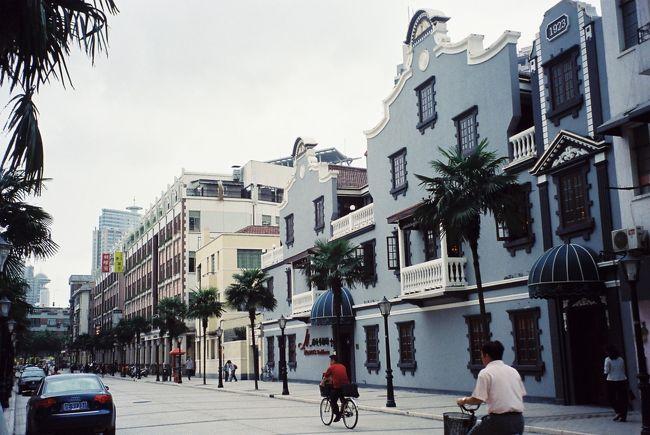 さかのぼり旅行記です。<br /><br />2004年に上海へ行ったのですが、その時1920〜30年代ごろ、「魔都」と呼ばれた時代の上海の面影を残す建物が残っているのを見ました。そこでその時代の上海に興味を持ち、いろいろ調べ始めました。そうしてもう一度詳しく当時の上海の跡をたどってみたいと思いました。<br />それが実現したのが2006年です。<br /><br />ちょうど「上海歴史ガイドマップ」(木之内誠:著、大修館書店)という本も見つけました、さらに「フレンチ上海」(にしむらじゅんこ:文、平凡社)という本も見つけました。この2冊を抱えて上海へ行きました。<br /><br />ホテルは当時の建物を使ったレトロホテルを探しました。<br />人民公園向かいの金門大酒店です。ここで当時の雰囲気に浸りながらオールド上海めぐりをしました。<br /><br />さて、旧フランス租界めぐりですが、さらに淮海中路を中心にたどっていきます。<br /><br />詳しい日記はちら<br />フランス租界・南昌路から雁蕩路へ<br />http://open.mixi.jp/user/1362523/diary/229550736?org_id=227802101<br /><br />フランス租界・再び淮海中路(重慶路以東)<br />http://open.mixi.jp/user/1362523/diary/230259008?org_id=229550736<br /><br />上海落穂ひろい<br />http://open.mixi.jp/user/1362523/diary/230354841?org_id=230259008<br />