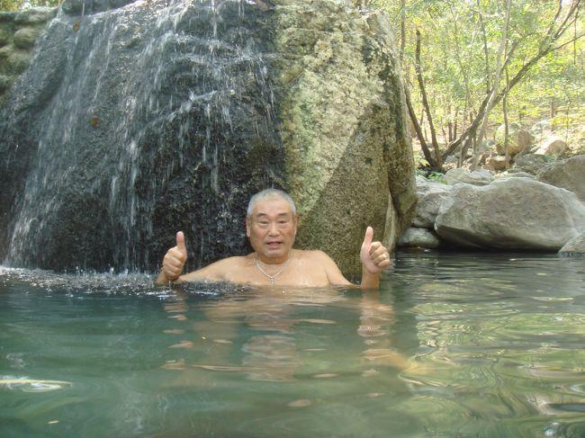 親しい友人が、タイで新車を購入した。<br /><br />その記念すべき第1弾として、タイ中部のラチャブリ、カンチャナブリ県の温泉へ行くことになった。<br /><br />日程は、2泊3日で3ヵ所の温泉を巡る。メンバーは、3名。<br /><br />まず、ラチャブリのスワンプン郡(最近、タイのスイスと言われるようになった)の温泉へ行き、隣のカンチャナブリ(映画・戦場に架ける橋で有名な)へ行く。<br /><br />2014年2月1日(土)、バンコクでは2日の下院選挙を前にして反政府デモ隊と警官が衝突している最中に、パタヤを出発した。<br /><br />ラチャブリ県スワンプン郡までは、約4時間かかった。<br /><br />以前来た時には、キャンプ場に温泉が湧いていて、他には特徴のない山あいの村というイメージであったが、6年間で大変身を遂げた。<br /><br />羊の牧場やお洒落なカフェ・レストラン、リゾート・ホテルなどが建ち並び、タイのスイスと呼ばれるようになった。<br /><br />モアイ像があるカフェ、風車があるリゾート・ホテル、ブドウ園など、高原のリゾートという雰囲気である。<br /><br />その日は、土曜日だったので、バンコクからの家族連れで賑わっていた。<br /><br />我らは、牧場には行かず、温泉へ直行。<br /><br />岩風呂があるボークレン温泉で入浴したが、ここも人がいっぱいであった。<br /><br />ラチャブリ県スワンプンのボークレン温泉を出発して、カーナビを使ってカンチャナブリの街へ向かった。<br /><br />約2時間でカンチャナブリ到着。<br /><br />近所のゲストハウスを回って、3ヵ所目にプロイ・ゲストハウスに投宿した。「プロイ」とはタイ語で宝石を意味する。なかなか綺麗なゲストハウスであった。朝食は、コーヒーとトーストだけ無料で、あとのトッピングは有料。面白いシステムである。<br /><br />その日の夕食は、バスターミナル前の屋台街で鶏の唐揚げやシーフード、野菜サラダなどを食べた。<br /><br />さて、明日はガイドブックにも載っている超有名な温泉へ向かう!!!<br /><br />注: 写真は、スワンプンの土産物屋でたくさん売られていた羊の縫いぐるみと置物である。牧場、カフェ、レストラン、道端の至る所で目にした。これを売り物にして、ブームを起そうとしているのであろうか? スワンプンとは、タイ語で「蜂の公園」の意味であるが、羊を有名にしたいのであれば、名前を「羊の里」にすればいいのに!!!<br /><br /><br />