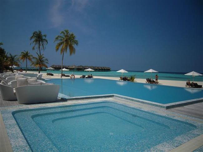Maafushivaru<br />静かで落ち着くビーチが綺麗な穴場…のリゾート!<br />(2013年11月17日現在の情報です。情報は予告なしに変更されますので、予めご了承ください。)<br /><br />2010年11月05日に改装オープンされました。<br />Ali Atoll中南部に位置し、空港から水上飛行機で約30分。<br />楕円形の小さくてこぢんまりとした島は1周歩いても約10分弱。<br />マーフシヴァル所有のLonubo 無人島が目の前にあります。毎日3便無用送迎ボートが出ていますので、プライベート感たっぷりの雰囲気で過ごせる贅沢な島…。<br />1年中ジンベイ&マンタスノーケリングトリップがあるものも大の魅力!<br />FB&オールインクルーシブプランかで選べるのも良いですね〜。<br />ファミリー対応できるプールヴィラは、プライバシーがあり大人気!<br /><br />水上飛行機チェックイン後、国際線ターミナルから空港東側にある水上飛行機のターミナルまではバスで移動します。<br />ターミナル到着後正面にカウンターがありますので、カウンタースタッフに搭乗券を見せてください。<br />向ってカウンター右横にはラウンジに行くドアがあります。階段またはエレベーターで1階(日本式では2階)へ…。<br />Maafushivaru Loungeがありますので、水上飛行機出発のお時間まで快適にお待ちいただけます。<br />ラウンジ内には、ミネラルウォーター、ソフトドリンク、コーヒー、紅茶、スナック、無料Wifiのサービス、トイレがありますので、ご自由にご利用いただけます。<br />出発時間がきましたら、ラウンジスタッフがご案内してくれます。<br /><br />水上飛行機のプラットホームには、リゾートスタッフがドーニでお迎えに来てくれますので安心。<br /><br />島の雰囲気<br />白いビーチで囲まれた島…砂はサラサラしていてとても綺麗です。その上にヤシの木の模様ができ、南の国ならではの素敵な影…。<br />洗練されたプールと目の前の広々としたビーチ、ラグーンの景色は極楽極楽!<br />ビーチにはサンチェアー+パラソル+タオルがあり、ご自由にご利用いただけます。<br />飲物をオーダーしたいときは、サンチェアーに置かれている緑の旗を立てると、バースタッフがオーダーを取に来てくれます。楽チンサービス。<br />こぢんまりとした島内には、緑が豊富で日陰もあり過ごしやすい。<br />ビーチヴィラのお部屋の前は、緑の中から見える、白い砂、マリンブルー、青い海、青い空と、ワクワクする色彩。<br />白砂のビーチ沿い歩くと、海がキラキラしているのでとても綺麗です。<br />お部屋は木彫とホワイトのコンビで、落ち着きがあり明るい。天井が高く広い区間を感じる。使いやすいお部屋には無駄がない…。<br />水上ヴィラは、バスタブからラグーンの景色…テラスからもシャワールーム行ける。<br />ビーチヴィラは、直ぐビーチへのアクセスができる。<br />メインの桟橋からは、気持が元気になれるサンライズ...鉄板焼きレストランからは心が癒されるサンセットを眺めることができます。<br />ラグーン内には小魚の群れ集まっているところが多く、そこにはブラックチップの小さなサメちゃん&エイちゃんも遊泳しています。<br />サメちゃんはお腹がすいたら小魚を食べるので、小魚くんたちは狙われると感じたら、パッと跳ねて散る姿がまた綺麗。<br />マーフシヴァルはヨーロッパからのお客様がほとんどで、テラスでのんびりと本を読みながら過ごされる方、プールサイド&ビーチで日焼けをされている方、また、ダイビング&エクスカーションに参加される方など様々です。<br />島内はとっても静かです。スタッフもフレンドリーで優しい。<br /><br />ハウスリーフでのスノーケリング<br />ドロップオフに、出入りできるパッセージの箇所には、目印としてポール、又は、黄色のブイがあります。<br />1〜10の番号は、地図で右回りにして振りました。<br />島全体ドロップオフはなだらかで泳ぎやすいです。<br />群れ物が多いハウスリーフで、何処でも一緒に群れ物の泳いでいる感じです。<br />1:プール前ポール<br />  ビーチエントリー。ドロップオフまでは、ちょっとだけ距離がありますが、浅瀬の<br />ラグーン内なので、砂地にいるお魚を探しながら行かれるとよいです。<br />水上コテージ側方向、リーフを左肩にして泳いで行くと、珊瑚が綺麗です。<br />ハタタテダイの群れが何処までも一緒に泳いでく