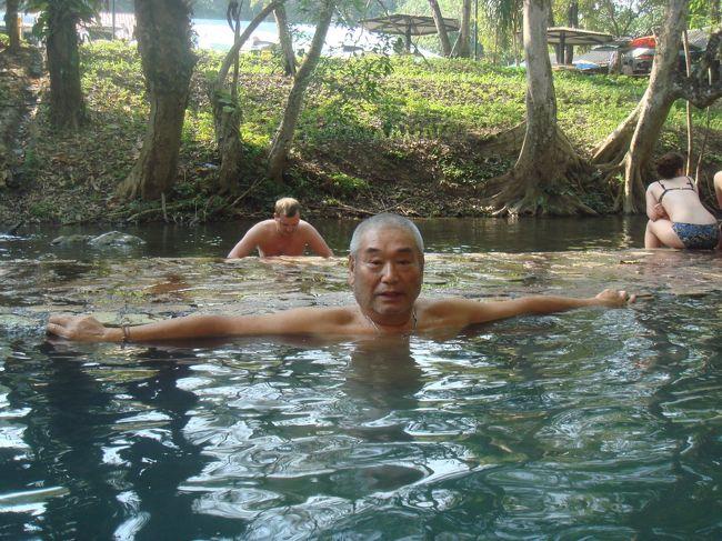 ツアー2日目は、「戦場にかける橋」で有名なカンチャナブリの街から始まる。<br /><br />第二次大戦中、バンコクからビルマへ物資を運ぶ為の泰緬鉄道を建設中、旧日本軍が発見した温泉が湧き出ている。その名は「ヒンダー温泉」といい、ヒンダー(ヒンダート)とは「石で被われた」という意味である。要するに、岩盤から湧き出た温泉である。<br /><br />カンチャナブリ市内から国道323号線を120キロほど北上すると、左手に「WELCOME TO HINDAD HOT SPRING」の看板が見える。そこを、右折して下って行くとゲートがある。外国人は40バーツだが、タイの運転免許証を見せたらタイ人料金10バーツだった。 ラッキー!!!<br /><br />駐車場に車を止めて、入口でチケットを渡す。そこから橋を渡った反対側が温泉である。温泉は、クウェー川の川沿いに湧き出ている。その日は、ロシア人の団体が大挙して訪れていた。若い女性はスタイルがいいが、年配の女性はメタボ???<br /><br />源泉の水温は46度で、そこから浴槽に流れると43度になる。浴槽は4つあって、43度以下の低い温度の浴槽が2つある。もうひとつの屋根付きの立派な浴槽は、僧侶専用になっている。<br /><br />温泉に入って温まったら、隣の川に入ってクールダウンする。これが、結構気持ちがいい。施設には、更衣室、シャワー、マッサージ、コテージもあり宿泊も可能。駐車場には、土産物屋と食堂もある。<br /><br />1時間ほど入浴を楽しんで、昼食を食べるために途中のサイヨーク・ノイの滝へ向かう。<br /><br />ヒンダー温泉を後にして、来た道を60キロほど戻る。時速100キロ以上出して走ったので、43分でサイヨークノイの滝に到着した。ノイとは、小さいという意味である。サイヨークヤイ(大きい)の滝も別のところにある。他には、エラワンの滝、国立公園、洞窟、湖など大自然がいっぱいの県である。野生動物も生息しているとの話を聞いたことがある。<br /><br /> まだ昼前だったので、滝を見学した。滝の下は池になっていて、子供たちが水遊びをしていた。日本人から見れば大した滝ではないが、山が少ないタイの国に育ったタイ人にとっては、立派な滝なのであろう。<br /><br /> 滝を通り越して奥に歩いて行くと、古びた蒸気機関車が見えてくる。そこは、泰緬鉄道のサイヨークノイ駅である。線路はここで終点になっている。ここから先は、取り壊したのであろう。<br /><br />サイヨークノイの滝で昼食をとり、ゲストハウスに戻った。時刻は、午後1時半。1時間ほど休憩をして、クウェー川の戦場にかける橋を見学に行った。駐車場の回りには、アクセサリーの店がたくさん建ち並んでいる。カンチャナブリとは、「黄金の街」という意味である。その昔、金や宝石が採掘されていたらしい。しかし、お店に並んでいるのは1個20バーツ、30バーツのイミテーションばかり。かつての栄華は、どこかへ行ってしまったか?<br /><br /> 現在のクウェー川鉄橋は爆撃により破壊されて、その後に再建されたものである。当時は、鉄橋が完成するまでに物資を運ぶ為の木製の橋が下流にあり、その残骸が戦争博物館の中にあった。鉄橋周辺は、外国人観光客(ロシア人、中国人など)で賑わっていた。観光用に、遊園地にあるお猿の電車みたいな電車が橋を往復している。たまたま、向こう側に出発するところだったので、20バーツのチケットを買って電車に乗った。<br /><br /> 橋を渡るまではゆっくりと走っていたが、橋を過ぎるとすごい速さで走り出した。どこまで行くのか? このまま走り続けるとミャンマーまで行ってしまうぞ! そんな事を考えていたら電車は田園の中で止まり、バックした。あぁ、良かった!!!<br /><br /> 橋のたもとにある戦争博物館にも足を運んだ。以前、訪れたことがあるので内容は判っている。日本兵が、ふんどし姿のイギリス兵捕虜に強制労働をさせている人形や絵が展示されている。<br /><br /><br />博物館のあとは、慰霊碑をお参りした。ここは、鉄橋建設で亡くなった人たち(連合軍、その他関係者)を祀ってある。味方も敵もすべてを祀るという、靖国神社と同じ考え方である。線香をあげて合掌して、僅かながらの寄付をした。<br />