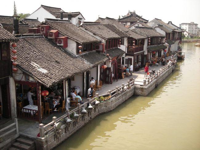 9/6-12、出張で上海、北京に行きました。<br />本編は9/6-7分です。9/6に上海入りし、9/7午前中まで業務、その後観光しました。初めての中国だったので、すべてが珍しく新鮮でした。街の中心は思ったより近代化されていましたが、ちょっと街の中心から離れるとイメージしていた中国の雰囲気でした。ホテルは米国系の4つ星だったのですが、水道水が臭く歯磨きにつかうのも憚られ、上海の水道事情の悪さを感じました。