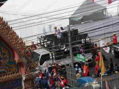 bkk3回1土曜3昼黄金寺では周りにデモ隊がやってくる お参りもする