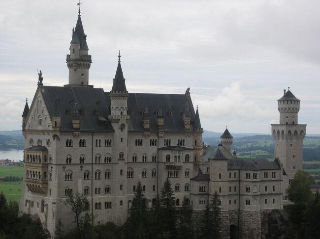 2007年のことです。<br />知り合いをたずねてドイツを訪問してみることにしました。<br /><br />初ドイツ&久しぶりのヨーロッパ旅行で、お城などメジャーな観光スポットめぐりを楽しみつつ、元々好きだったドイツの合理的なお国柄のようなものを感じ取れた旅になりました。<br /><br />こちらは旅行3日目、バイエルン州で行きたかったノイシュヴァンシュタイン城、リンダーホーフ城、ヴィース教会の様子です。<br /><br /><日程> <br /><br />1日目 関空→アムステルダム→シュトゥットガルト (シュトゥットガルト泊)<br />2日目 シュトゥットガルト観光 (シュトゥットガルト泊)<br />3日目 バイエルン州観光    (フュッセン泊) <br />4日目 ウルム・ローテンブルク観光 (シュトゥットガルト泊)<br />5日目 ハイデルベルク観光→フランクフルト (フランクフルト泊)<br />6日目 ライン川下り (フランクフルト泊)<br />7日目 フランクフルト→アムステルダム (機中泊)<br />8日目 →関空