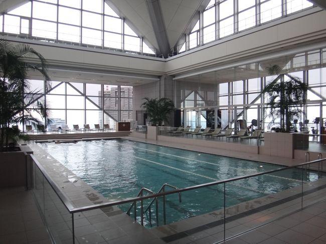 新宿のホテル『パーク ハイアット 東京』最近の最安値 <br />パークデラックスルーム1泊朝食付き 40,000円(一部屋の料金)<br /><br />宿泊記①ではお部屋の詳細を載せました。<br /><br />宿泊記②では【クラブ オン ザ パーク】内のフィットネス施設<br />(プールサイドラウンジ、スイミングプール、アスレチックジム、<br />エアロビクススタジオ)の写真などを載せています。<br />昼間と夜では印象がガラッと変わりますので、両方行かれることを<br />おすすめします。<br /><br />【ピーク ラウンジ&バー】では素敵な夜景を眺めながら<br />スパークリングワインなどフリードリンクスタイルで<br />ディナーを楽しみました。<br /><br />ターンダウン後のお部屋の写真。美しい夜景も載せます。<br /><br />就寝前に幻想的な灯りとアロマの香り漂うエアロビクススタジオで<br />「グッドナイト・スリープ・ストレッチ」(ヨガ)の様子をご紹介します。