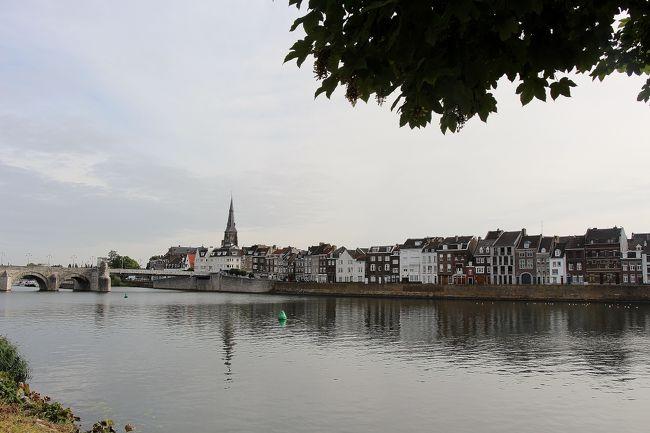 いよいよ8月も終わりです、8月とともに、今回の旅で「オランダ編」もお終い、オランダは、全部で17日間の旅でした、でも、これで大体ひと回りできたと思いますし、やっぱり、フランスなんかに比べると、とてもコンパクトな国です、でもコンパクトな国の方が、気配りが隅々まで行きわたっていて、「清潔感」が有って「便利」と言う事を感じさせられた旅でした・・・・領土が広いなんてことは、この国を見ていると、面倒なだけと言うことが実感できますね・・・遥か彼方の離れ小島の事で、四の五の言って騒いでる何処かの国は、ホント「バカみたい」と言うのが、正直な感想です・・・国なんか小さくても良いから、もっといい国を作れよ・・・と言いたいです・・・ハハハ・・・。<br /><br /> オランダ編の最後は、ソコソコ有名な「トールン」と、かなり有名な「マーストリヒト」です、いずれも、これ迄のオランダとは一味違う町ですけれど、特に「マーストリヒト」は、「EU」の共通通貨「ユーロ」の導入が約束された町(マーストリヒト条約・1992年)、殆ど「国境」と言うものが無くなった現代ヨーロッパにとって、とても重要な町なので、オランダシリーズのラストを飾るには相応しい町かと思います。<br /><br /> 写真は、「マース川」沿いに臨む、「マーストリヒト」の町並です。