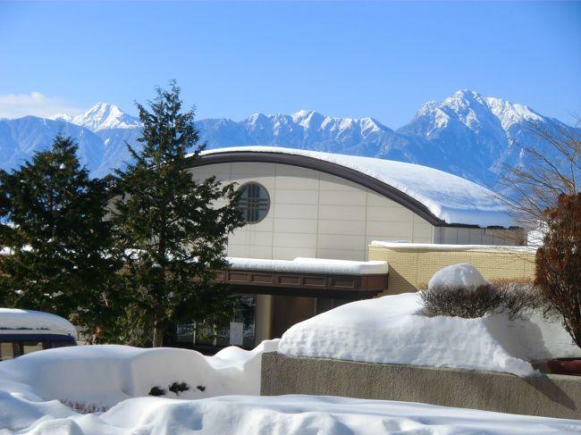 ホテル『ダイヤモンド八ヶ岳美術館ソサエティ』に3連泊(1人旅)してきた。最初は車(4駆スタッドレス)で行こうと思っていたが、2月8日から降った大雪の前にビビってしまいJR利用に変更した。このホテルは八ヶ岳山麓の深い森の中にあり、車がないとどこにも行けない。よって、今回はホテル内に閉じこもってひたすら読書・温泉・グルメにする。限りなく自由で怠惰な生活を送る。<br />写真:雪に埋まる『ダイヤモンド八ヶ岳美術館』と背後の南アルプス<br /><br />私のホームページ『第二の人生を豊かに―ライター舟橋栄二のホームページ―』に旅行記多数あり。<br />http://www.e-funahashi.jp/<br /><br /><br /><br /><br /><br /><br />