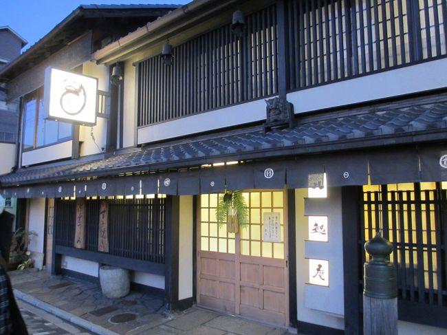 二人そろって今年も無事に一年間のお仕事を納めることができたので、よく頑張ったご褒美に2013年を締めくくるお食事に出かけることにしました。<br />向かった先は昭和45年創業、京都の名高い鶏料理専門店「八起庵」さん。<br />京都・八瀬大原と滋賀・安曇川の直営農場で育った、脂がのった鶏とこだわりの卵を使用した絶品のお料理の数々に舌鼓を打ち、至福の時間を過ごすことができました。<br />美味しい鶏にしっぽりと酔いしれた「八起庵」のグルメ記です。