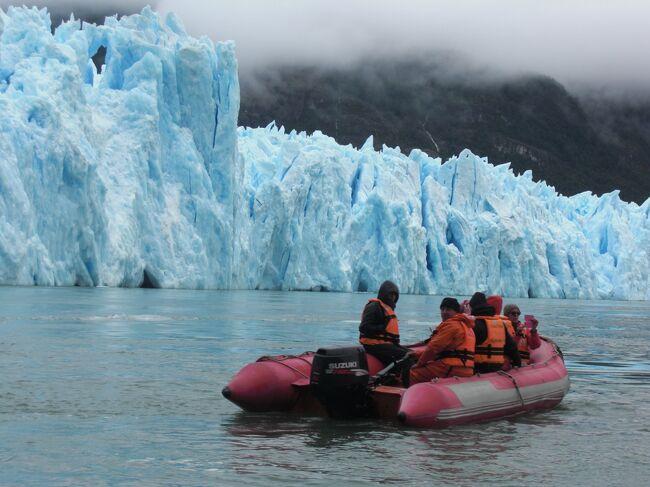 チリのバルマセダ空港からミニバスで40分走った所に位置するCoyhaique(コヤイケ)、その町に到着後ツ−リズムに申し込みサン・ラファエル氷河の日帰りクル−ズに参加。<br />コヤイケに行ってから突然決めたクル−ズでしたが想像以上に楽しめて思い出に残るサン・ラファエル氷河全容でした。<br />