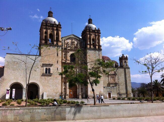 貯めたマイルを使用して、<br />航空券無料でメキシコの5世界遺産を12日間で廻りました。<br /><br />1日目 メキシコシティ空港-地下鉄-ホテル<br />2日目 地下鉄-北バスターミナル-テオティワカン遺跡-グアダルーペ教会<br />3日目 東方向行バスターミナル(通称TAPO)-プエブラ<br />4日目 プエブラ バスターミナル通称CAPU-オアハカ<br />5日目 オアハカ バスターミナル通称CAPU-メキシコシティ<br />6日目 メキシコシティ北バスターミナル-グアナファト<br />7日目 グアナファト<br />8日目 グアナファトバスターミナル-グアダラハラ<br />9日目 グアダラハラバスターミナル-メキシコシティ<br />10日目 メキシコシティ空港-アトランタ<br />11日目 アトランタより帰国<br /><br />安全の為、長距離バスは夜便を避けて、全て特等か1等で移動しました。<br />切符売り場に行けば、区間と日時を選択してすべて購入できます。<br />更に、流しのタクシ-は乗らないように決めていました。<br /><br />治安が悪いと聞いていましたが、幸運にもあぶないめには遭遇しませんでした。ほとんどの人々は道を尋ねても優しく、銀行や切符売り場での順番も秩序ある穏やかな態度で守られていました。<br />ただグアダラハラは危険を感じる、よからぬ風体の者が多かったように思いますが、これは旅行にありがちな、時と運によるものだったかもしれません<br />どこの街でも街中に武装警察官が多いのが、治安の悪さを物語っているようです。<br /><br />この時期気温は23-7度と昼夜の寒暖の差がはげしく、防寒具は常に携帯していました。又湿度10%の為に鼻が乾燥してこまりましたので、<br />マスクをしてなんとかしのぎました。