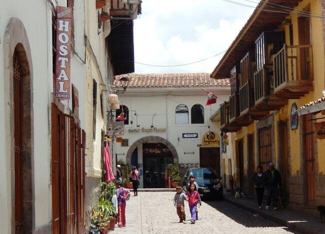 翌 2月11日<br />リマからクスコへ移動する。<br /><br />欧米とは、まったく違う空気が流れる南米。<br /><br />リマのホテルは、日本人のバックパッカーの溜まり場ともなっている。<br />この宿に、もう3泊している若者がいた。<br />彼らは、これからガラパゴスを目指すという。<br />リマからエクアドルのグアヤキルまでのバスの切符を求めていたが、やっと今日チケットが手に入った。<br />詳しく聞くと、明日の昼にリマを発って1日半かけて町に入る。<br />なんとも、その行動力と体力に恐れ入る。<br /><br />別の女性は、明日のフライトでグアヤキルに飛び、1週間ガラパゴスで過ごすという。<br />彼女はロス経由でリマに入ったとき、バッグをチェーンでしっかり施錠していた。<br />ところが荷物を受け取ると、チェーンを切られて「点検済み」の紙が入っていた。<br />不注意だけど、旅の初めにイヤな出来事だ。<br />私「グアヤキルでは、大変な事件もあったし、気を付けて」と言った。<br />彼女「流しのタクシーには絶対乗りません。夕方には、スーパーで食料を買ってオテルの部屋で夕食をとります」と答える。<br />南米は2回目の彼女、これから楽しい思い出を綴って欲しい。<br /><br /><br />朝食時に知り合ったのは、やはり卒業旅行で旅する学生二人組。<br />学生「これから南米を1か月間かけて周ります。明日バスでクスコに行きます」<br />私「いいね、時間があるとバス旅も良い思い出になるよ」と軽く言った。<br />(このときは、他人事のように『軽く言った』。<br />でも・・・ 恐るべし、南米の洗礼を後日受けることになる・・・)<br /><br /><br />地球の反対側では、同朋が悪戦苦闘・試行錯誤しながら『旅』を試みている。<br />私は、日本の若者も「意外と捨てたもんじゃないな」と思いながら、コーヒーカップに口を付けた。<br /><br />