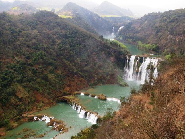 年1,2回誘われる中国旅仲間との旅、今回は雲南省から越南(ベトナム)の旅です。<br /><br />○ 旅の概要<br /><br />上海から雲南省の「昆明」へ、「昆明」で仲間と合流(1泊)。<br /><br />菜の花で有名な「羅平(2泊)」、棚田で有名な「元陽(2泊)」を専用バスで巡ります。<br /><br />国境の街「河口」まで行きバスと別れて歩いて国境の河「紅河」を渡り越南の「ラオカイ」に入ります。<br /><br />避暑地「サパ」を観光後、「ラオカイ」から寝台列車(1泊)で「ハノイ」まで、早朝到着後市内観光。昼食後「ハロン湾」に行き1泊。<br /><br />遊覧船でハロン湾を巡り、午後「ハノイ」に戻り仲間は日本へ、私は寝台列車(1泊)で「南寧」に。<br /><br />「南寧」で1泊後上海に戻ります。<br /><br />○ 旅の行程<br /><br />2/21 上海 → 昆明     MU5802  約3時間半<br />2/22 昆明 → 羅平     専用バス 約6時間<br />2/23 羅平          専用バス<br />2/24 羅平 → 元陽     専用バス 約9時間<br />2/25 元陽          専用バス<br />2/26 元陽 → 河口     専用バス 約4時間20分<br />   河口 → ラオカイ   徒歩<br />   ラオカイ → サパ   専用バス 約1時間半<br />   サパ観光<br />   サパ → ラオカイ   専用バス 約1時間20分<br />   ラオカイ →<br />2/27 → ハノイ       寝台列車 約9時間<br />   ハノイ観光<br />   ハノイ → ハロン湾   専用バス 約5時間<br />2/28 ハロン湾 → ハノイ   専用バス 約4時間半<br />    ハノイ →        <br />3/01  → 南寧        寝台列車 約12時間半<br />3/02 南寧 → 上海          MU5398  約2時間半<br /><br />○ その3は羅平の九龍の滝と魯布革三峡(小三峡)です。<br /><br />  写真は羅平の九龍瀑布群。 <br />