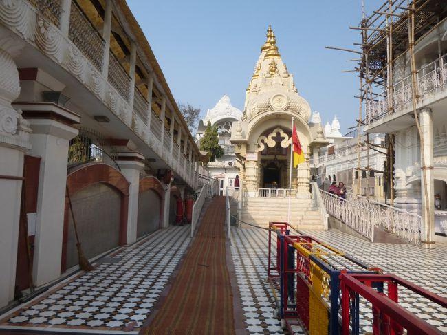JALのマイレージが貯まったので、期間限定ディスカウントマイレージで行こう!ということで、帰国してから5ヶ月ほどで、再び、インドへ。<br />今回は、連れもガイドさんも無しの全くの一人旅。<br />以下の行程で、ゆるっと行って来ました。<br />とにかく、ひたすら自分の趣味に走り、寺院、寺院、寺院で寺院。<br />でもまだまだ、お腹いっぱいにはならないわぁ~♪<br /><br />2は、いよいよ、待望の寺院めぐり開始。<br />まずは、インド人メイクして、インドファッションを買いに。<br /><br />1日目 JAL直行便でデリーへ<br />2日目 現地服を調達して、チャタルプル寺院・イスコン寺院へ<br />3日目 ニムラナフォートパレス、サケットのショッピングモールへ<br />4日目 ジャイナ教寺院とオールドデリー、パハールガンジ&カーンマーケット<br />5日目 マトゥラー・ヴリンダーヴァンへ<br />6日目 マトゥラーから戻ってカーンマーケットへ<br />7日目 カルカジ寺院・アーユルヴェーダ<br />8日目 JAL直行便で帰国